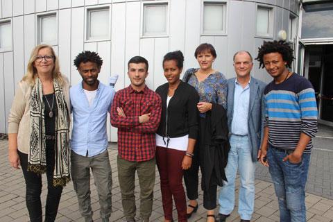 Schirmherr Jo Dreiseitel, Staatssekretär und Bevollmächtigter für Integration und Antidiskriminierung im Hessischen Ministerium für Soziales, mit dem Projektteam: die Initiatorinnen Rita Thies und Birgit Goehlnich und die Praktikanten Beza Nigussi, Fitsum Mulushewa und Mohammad Tarin, die aus Äthiopien bzw. Afghanistan geflüchtet sind.